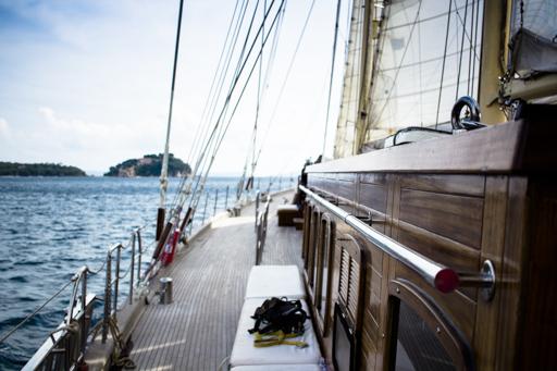 Regatta segeln Bild zeigt Aufbauten der Ketsch Chronos