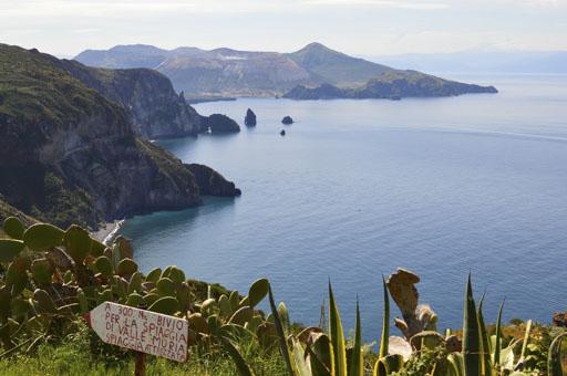Segelreisen Italien und Malta zeigt liparische Inseln