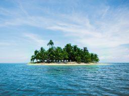 Bild zeigt unbewohnte Insel in der Karibik