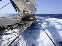 Atlantiküberquerungen zeigt die Brigantine SV Florette in voller Fahrt