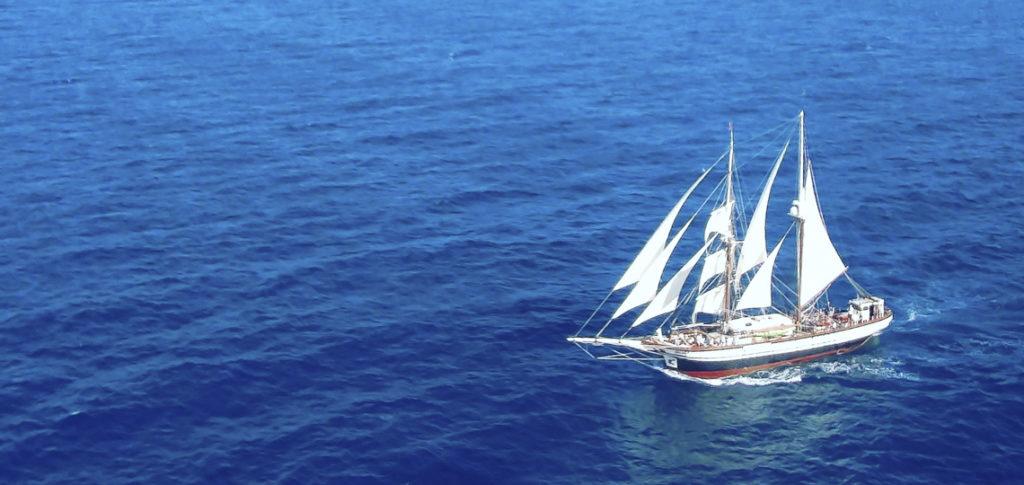 Luftaufnahme der Brigantine Florette unter vollen Segeln