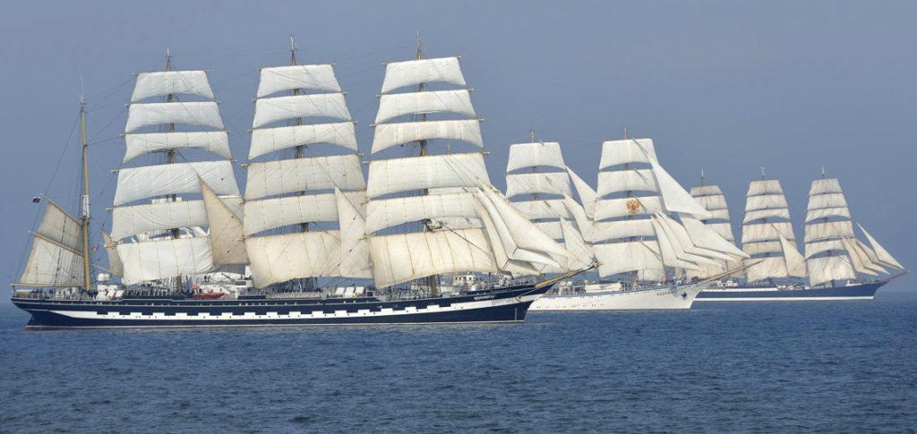 4 Mast Bark Kruzenshtern in Gesellschaft ihrer Schwesterschiffe