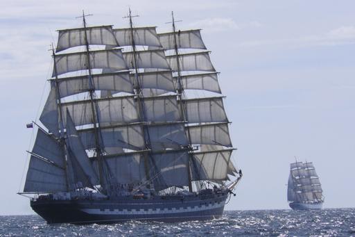 Atlantikueberquerung Kruzenshtern zeigt das Segelschiff unter vollen Segeln