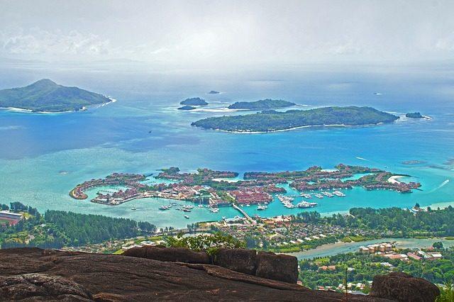 Segeltoerns Seychellen zeigt die Insel als Luftaufnahme
