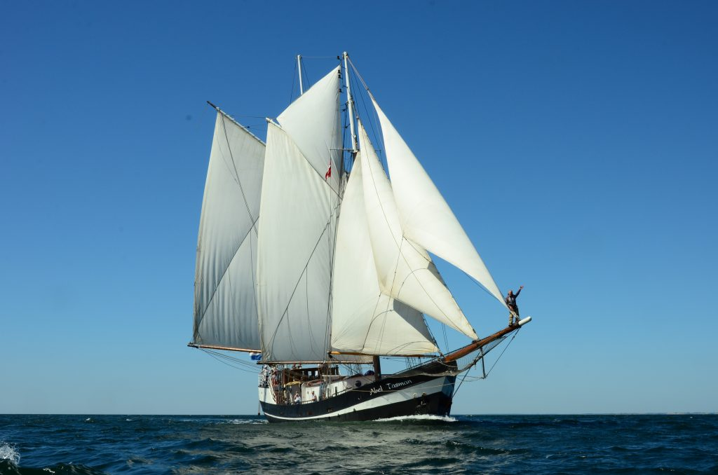 Kieler Woche Abel Tasman zeigt den 2 Mast Gaffelschoner von der Bugseite
