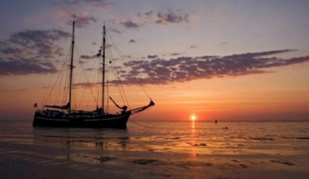 2 Mast Klipperaak Antonia Sonnenuntergang