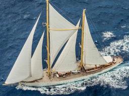 Segelreisen Karibik CHRONOS Produktbild zeigt eine Luftaufnahme Backbord