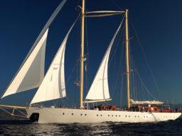 Segelreisen Atlantik CHRONOS Produktbild zeigt die Ketsch von der Backbordseite unter Segeln