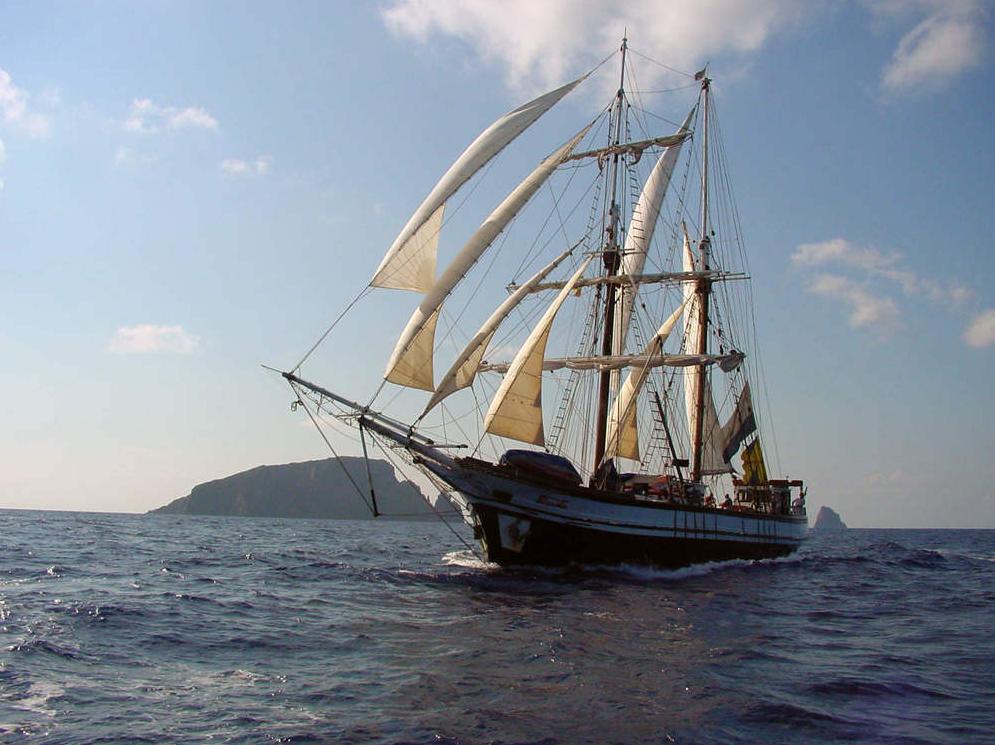FLORETTE Produgtbild zeigt die Brigatine von Steuerbord unter Segeln.