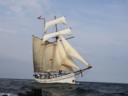 Meilentörns: FLYING DUTCHMAN Produktbild zeigt den 2 Mast Schoner Flying Dutchman unter Segeln