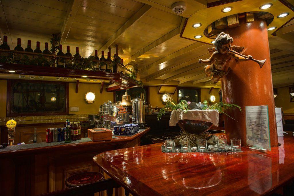 2 Mast Topsegelschoner J.R. Tolkien Bar