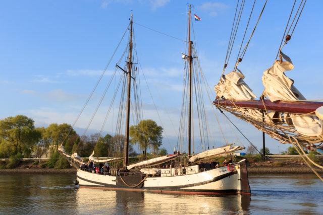 Hamburger Hafengeburtstag Jan Huygen zeigt die Koftjalk von Backbord