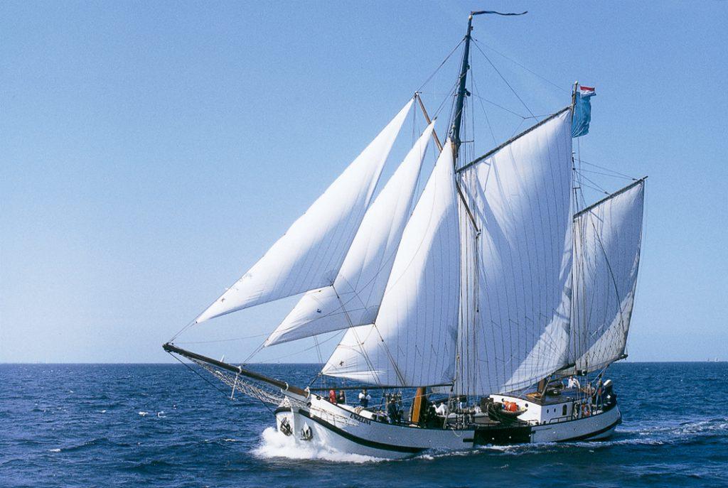 Segelurlaub Europa Jan Huygen zeigt die Koftjalk segelnd