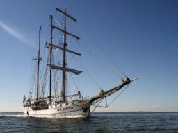 Hamburger Hafengeburtstag zeigt das Schiff ohne gesetzte Segel