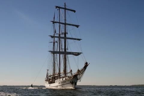 Hase Sail Rostock LOTH LORIEN Produktbild zeigt die Barkentine von der Steuerbordseite auf See ohne gezetzte Segel