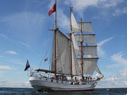 Hamburger Hafengeburtstag: LOTH LORIEN Produktbild zeigt den 3 Mast Gaffelschoner unter Segeln