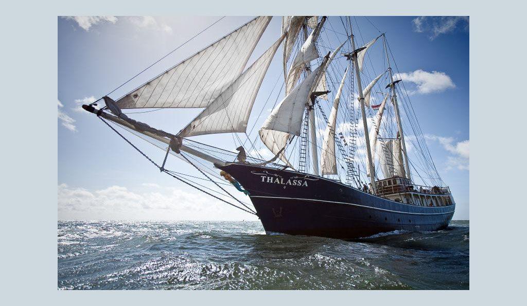 Meilentörns Thalassa Produktbild zeigt die Barkentine segelnd