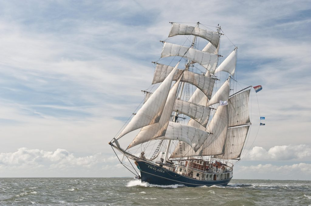 Segelurlaub Europa THALASSA zeigt die Barkentine unter vollen Segeln