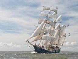 Segelreisen Europa THALASSA zeigt die Barketine unter vollen Segeln