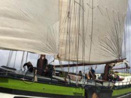Segelreisen Europa WILHELMINA Produktbild zeigt den 2 Mast Klipper von der Backbordseite segelnd