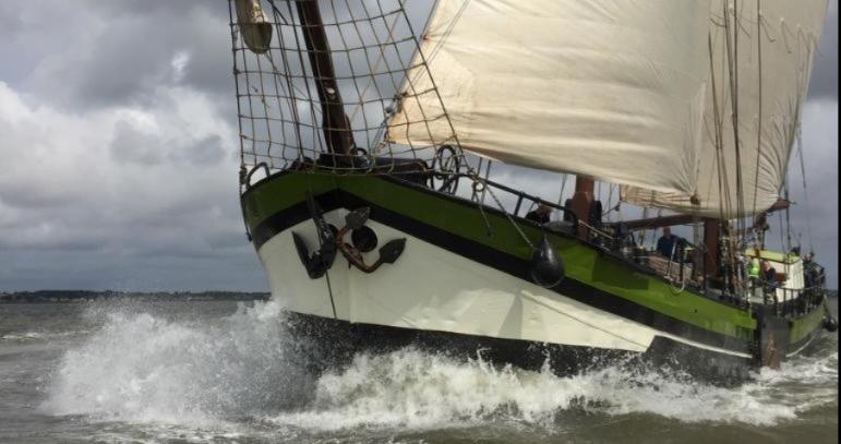 Regatten Wilhelmina Produktbild zeigt den 2 Mast Klipper in einer Bugansicht in voller Fahrt.